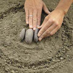 crafts for gadern: mosaic of pebbles tutorial Mosaic Rocks, Mosaic Stepping Stones, Pebble Mosaic, Stone Mosaic, Pebble Art, Mosaic Art, Mosaic Glass, Rock Design, Yard Design