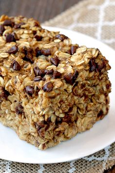 Make-ahead breakfast! This yummy baked oatmeal tastes like a Reese's Peanut Butter Cup! Eat it hot, warm, or chilled! 1/6th of pan: 267 calories | 8g fat | 8 Weight Watchers SmartPoints | MUST-PIN!