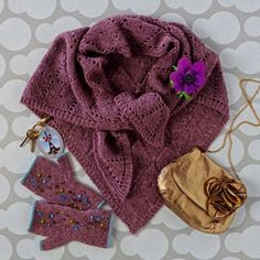 Un châle et des mitaines tricotés en mohair, prune / A shawl and mitts knit in mohair, marsala