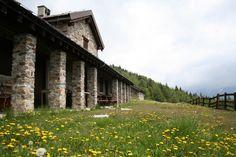 Itinerario 8 - Malga Corti (foto di Mauro Canziani) all'inizio della primavera, in Val Saviore nel Parco dell'Adamello - comune di Cevo (www.uomoeterritoriopronatura.it)
