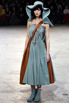 Yohji Yamamoto Fall 2013 Ready-to-Wear Collection - Vogue Catwalk Fashion, Boho Fashion, High Fashion, Fashion Show, Autumn Fashion, Paris Fashion, Fashion Details, Fashion Fashion, Yohji Yamamoto