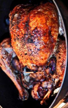 Rezept Truthahn mit fruchtiger Füllung - Southern Style Turkey • Unverkennbar ist das Rezept der Südstaatenküche entlehnt. Ein Truthahn, mit in Bourbon Whiskey eingelegten getrockneten Früchten, Kastanien oder eben Erdnüssen, etwas Reis, der den Truthahn von innen feucht und locker hält. Er braucht Zeit und er braucht starke Esser, denn unter 5 1/2 Kilo (so wie meiner ist er kaum zu finden. (gerne repinnen erlaubt,es wäre mir eine Ehre).