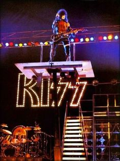 Paul Stanley 1977 in concert Kiss Rock Bands, Kiss Band, Kiss Concert, Kiss Members, Vinnie Vincent, Vintage Kiss, Eric Carr, Peter Criss, Kiss Pictures
