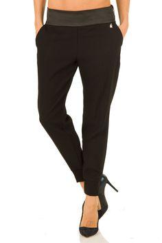Pantalone jogging nero della collezione AI2015 di Elisabetta Franchi, in 4 taglie (40, 42, 44, 46), vita regolare, adatto per l'ufficio e per occasioni casual
