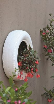 Trendy Retread: Upcycle your old tyres to liven up a garden wall, easily, quickly and to great effect What you will need: 3 old tyres PVA paint (choose the colour for your tyres) 3 x 640 mm ladder brackets 6 x 80 mm nail-in anchors (screw and plug) Potting soil Plants Tools: Drill and 10 …