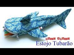 Estojo Tubarão - D.I.Y. - YouTube Fish Pencil Case, Animal Pencil Case, Animal Bag, Pencil Case Pattern, Pencil Case Tutorial, Sewing For Kids, Baby Sewing, Sewing Tutorials, Sewing Projects