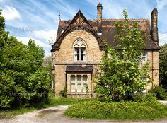 Типичный английский дом с садом - Стоковое изображение: 30343435
