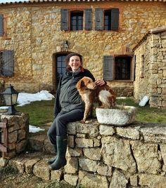 Dans les Hautes-Corbières, à 750 m d'altitude, le Domaine du Bouchard accueille amoureux de la nature et animaux en liberté (daim, sanglier, mouflons...) sur 300 hectares de terres desquelles on peut admirer les Gorges de Galamus, le Pic de Bugarach, Quéribus et Peyrepertuse, le Pic du Canigou. Emilie Paul, l'aimable propriétaire de ce vaste domaine vous y accueillera avec sa gentillesse naturelle et vous proposera pas moins de 8 gîtes en location éparpillés sur la propriété et 3 chambres…