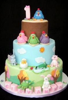 Bolo Galinha Pintadinha, da Sweet Carolina The Art of Cake (www.sweetcarolina.com.br). A personagem querida das crianças está no topo do bolo, mas outros amiguinhos decoram os outros andares. Cubinhos comestíveis, feitos de pasta americana, constroem o nome da aniversariante