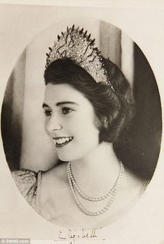 Queen Elizabeth II when she was an 18-year-old Princess pic.twitter.com/0ah6ZrUb2K