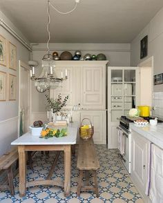 Petite Kitchen, Small Cottage Kitchen, French Kitchen Decor, French Kitchens, Kitchen White, Room Deco, Sweet Home, Dream Home Design, Cheap Home Decor