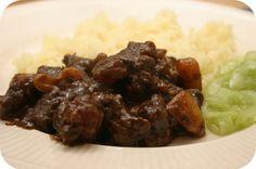 Op dit eetdagboek kookblog : Thais Stoofvlees (Masaman Curry) Ingrediënten: 1 zakje (50 gram) onoff spices! masaman-currypasta, 400 ml kokosmelk, 500 gram sukadelappen, 2 uien, 3 aarda