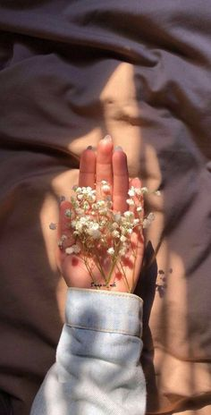 I'm guess I'm just hard to love ❤️. Nature Aesthetic, Flower Aesthetic, Aesthetic Photo, Aesthetic Pictures, Aesthetic Vintage, Hand Photography, Tumblr Photography, Creative Photography, Photography Aesthetic
