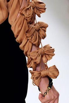 Chloé Fall 2009 Ready-to-Wear Fashion Show Fashion Art, Love Fashion, Runway Fashion, High Fashion, Fashion Show, Womens Fashion, Fashion Design, Couture Details, Fashion Details