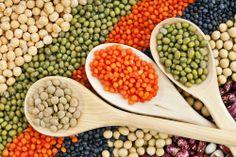 O feijão, assim como outros alimentos do grupo das leguminosas (lentilhas, grão, ervilhas, favas), são fontes importantes de fibras solúveis, que por sua vez são responsáveis por reduzir a absorção de gorduras da alimentação.   Consuma estes alimentos de forma regular, mesmo em forma de acompanhamento em substituição do arroz, massa e batata, e não só como prato principal.   https://www.be-slim.pt/como-funciona/nutricao