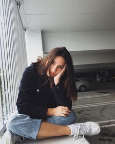 Girl Photography Poses At Home _ Girl Photography Poses - Cute Instagram Pictures, Cute Poses For Pictures, Instagram Pose, Girl Photo Shoots, Girl Photo Poses, Girl Photos, Portrait Photography Poses, Photography Poses Women, Grunge Photography