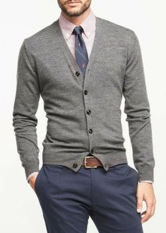 Season Jackets - Comfy Men Looks With Cardigans For Fall And Winter Being the garment of the season has many good things, but also requires some chameleonic ability to not saturate when it has just started. Traje Casual, Mode Man, Style Masculin, Herren Outfit, Cardigan Outfits, Fashion Mode, Woman Fashion, Fashion Check, Fashion News