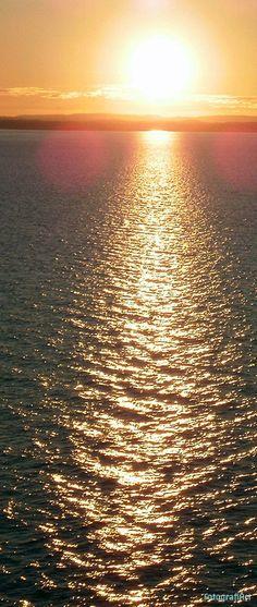 Mar de Noruega. En esta latitud el sol tarda mucho en ponerse, a pesar de que eran las diez de la noche, el sol aun estaba un poco alto dejando esa puest...Leer más: http://www.fotografiart.eu/faro-solar-mar-de-noruega/