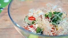 Fisk som «koker» i sitrus er vanlig i Sør-Amerika. Kim Daniel Mikalsen serverer ceviche hvor det peruanske og japanske kjøkken blir godt blandet. Oppskriften på Ceviche Nikkei serveres med wasabimajones, avokadokrem, friterte risnudler, agurk og rettich.