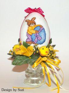 Design by Suzi: Polystyrénové vajíčka so zajačikmi Crossstitch, Easter Eggs, Snow Globes, Christmas Ornaments, Holiday Decor, Design, Home Decor, Scrappy Quilts, Cross Stitch
