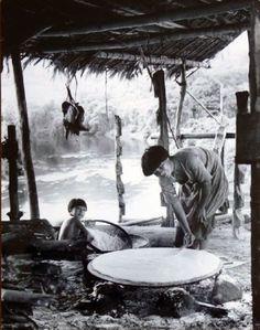 'Baking of Casave, the Indian Bread, Yekuana, 1962', Ata Kandó. Ancestros. Para honrar a nuestros ancestros y antepasado, coloquemos sus imágenes o fotografías en un altar ubicado en la coordenada Noroeste.