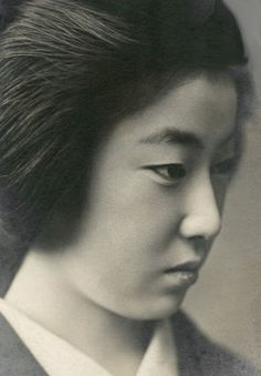 Geiko Kokimi 1910s [detail]. Geiko (geisha) Kokimi (小きみ), published by Sekaeya & Co. in Kobe [Japan]. The Kimono Gallery