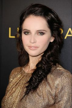 Felicity Jones does a pretty fishtail and natural face. Get the look with Vênsette: https://www.vensette.com/bookings/new