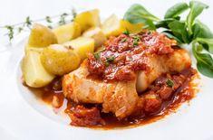 Μπακαλιάρος με υπέροχη μυρωδάτη με μπαχαρικά και κόκκινη σάλτσα στο φούρνο.Μια εύκολη συνταγή για ένα πολύ νόστιμο και υγιεινό πιάτο. Συνοδέψτε το με βραστ