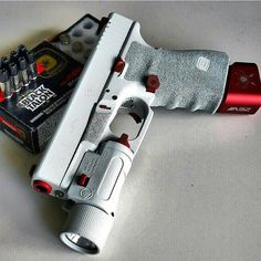 Gorgeous Glock 19 in white. Black Talon rounds spotted in the back via @tae_sd30…