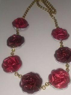 Rose con catena dorata.