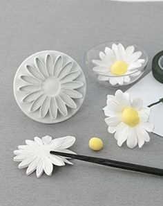 How to make a natural looking fondant daisy. - - How to make a natural looking fondant daisy. How to make a natural looking fondant daisy. Fondant Toppers, Fondant Icing, Fondant Cakes, Cupcake Cakes, Car Cakes, Daisy Cupcakes, Sugar Paste Flowers, Icing Flowers, Fondant Flowers
