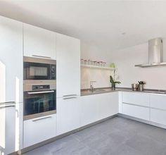 Gerelateerde afbeelding Kitchen Pantry, Kitchen Layout, New Kitchen, Kitchen Dining, Kitchen Decor, Kitchen Cabinets, Small White Kitchens, Cool Kitchens, Modern Kitchen Design