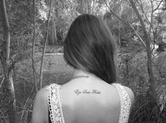 Fille avec un tattoo en latin sur le dos https://tattoo.egrafla.fr/2015/11/04/modele-tatouage-phrase-latin/