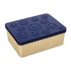 KORTREIST MATBOKS PRODUSERT I NORGE  Tre rom, yoghurt får plass. Trygg BPA-fri plast som elsker oppvaskmaskin Designet og produsert i Norge Laget av plast (HDPE) uten BPA og ftalater Tåler store temperaturforskjeller (-40º til +120º) Designet av Ingrid Erøy Fagervik    Varekode: 7607 EAN: 7090015486275 Transportmål: 18.8 cm x 13.2 cm x 7.3 cm (LxBxH) Vekt: 0.1760 kg  The post Matboks treroms – blomst (marineblå/beige) appeared first on Bluum. Ice Tray, Silicone Molds, Bee, Design, Bamboo, Honey Bees, Bees