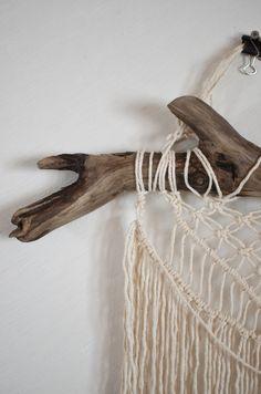 makrame väggbonad Clothes Hanger, Sweet Home, Crafts, Creative, Coat Hanger, Manualidades, House Beautiful, Clothes Hangers, Handmade Crafts