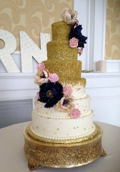Gold Wedding Cake. Gold Fade Wedding Cake. Fancy Wedding Cake. Metallic Wedding Cake. Gold Wedding Cake. Gold themed. Wedding trends. Wedding Planning.