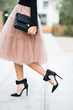 Street style | Blush tulle skirt, Chanel handbag and cute black heels with bows
