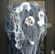Halloween Couronne, couronne de squelette, tête de mort Halloween décor, décor de couronne d'Halloween, Halloween effrayant Prop  Ajouter un peu peur à votre décoration d'Halloween cette année avec cette tête de mort effrayant & Couronne de squelette. La base est une forme de couronne de fil chargée avec maille déco & tissu.  Pour plus de mes couronnes de Halloween, s'il vous plaît cliquez ici: https://www.etsy.com/shop/LuxeWreaths?section_id=7205185  37 de hauteur (y compris tissu drapé)…