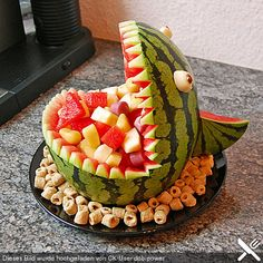 Melon Hai - Melonen-Hai Melon-shark – great for the birthday party! Cute Food, Good Food, Yummy Food, Food Crafts, Diy Food, Fruit Creations, Food Carving, Party Buffet, Snacks Für Party