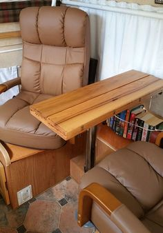 This is in a pop-up Unbelieveable! Check out this Hinged Table modification! Rv Recliners, Small Recliners, Diy End Tables, Make A Table, Travel Trailers, Rv Travel, Camper Trailers, Hinged Table, Camper Table