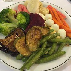 Comer até a saciedade e quando sentir fome desde que seja alimento de verdade! Isso é Paleo Low Carb High Fat! Por isso acredito que todas as pessoas deveriam seguir essa dieta! Recomendo a nutricionista Elaine Bueno além de ser minha namorada é uma excelente profissional adepta da Low Carb! #lowcarb #lowcarbhighfat #lchf #elainebuenonutri #comidadeverdade #realfood #primalbrasil #highfat #paleodiet #paleolifestyle #paleo #drsouto #lunch by dan.latin