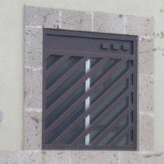 Creativo diseño de verjas de ventana con herrería y barrotes inclinados para casa residencial