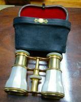 Un par de gafas de ópera de perlas y latón dorado.  Francia 1860