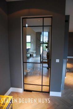 Authentieke stalen taatsdeur met glas. Glas wordt met stopverf geplaatst om het authentieke karakter te benadrukken.  stalendeurenhuys