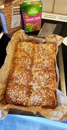 astridkokk – Grovt matpakkebrød i langpanne Y Food, Food And Drink, Cheese Bread, Food Inspiration, Bread Recipes, Nom Nom, Lunch, Healthy Recipes, Meals