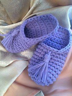 Cómo hacer Pantuflas de trapillo a crochet paso a paso - El Cómo de las Cosas Crochet Slipper Pattern, Crochet Shoes, Crochet Purses, Crochet Slippers, Crochet Patterns, Crochet Baby Boy Hat, Baby Boy Hats, Freeform Crochet, Crochet Art