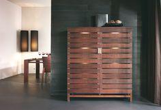 """Der moderne Einrichter achtet heutzutage nicht mehr nur auf das stylische Aussehen eines Möbelstücks, sondern auch auf die Verwendung von natürlichen Materialien, die ansprechend sind und die Umwelt schonen. Möbel aus massivem Holz passen ideal zu einem Lebensstil des so genannten """"Öko-Chic""""."""