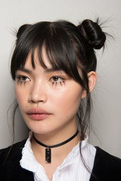 Twin buns and loose twirls at the NYFW Jeremy Scott show. Doppelbrötchen und lose Strudel an der Show NYFW Jeremy Scott Fringe Hairstyles, Hairstyles With Bangs, Straight Hairstyles, Cool Hairstyles, Everyday Hairstyles, Updo Hairstyle, Wedding Hairstyles, Hair Inspo, Hair Inspiration