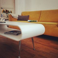 Met de Hooper salontafel met opbergruimte in wit krijgt je woonkamer een echte retro-uitstraling.