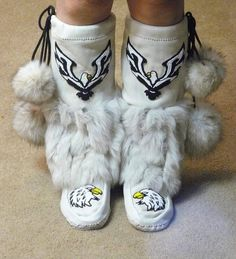 So beautiful reminds me of Dan's mom. She lives eagles. Native American Dress, Native American Moccasins, Native American Regalia, Native American Beadwork, Native American Fashion, Native Beading Patterns, Beadwork Designs, Moccasin Boots, Shoe Boots
